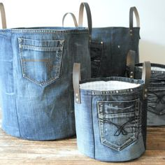 SET of 2 recycled denim canvas storage bag with a fresh white blue flower lining and leather straps, jeans toys bag - Korb und Kiste Diy Jeans, Recycle Jeans, Sewing Jeans, Diy Upcycling Jeans, Diy Denim Purse, Diy Purse, Sewing Clothes, Diy Clothes, Artisanats Denim