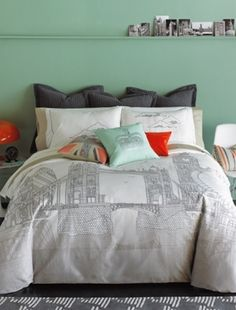 London bedroom, i like the wall color!