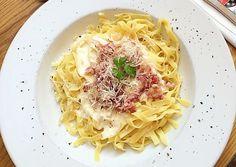 La Salsa Carbonara es una receta típica de la ciudad de Roma. Uno de los primeros platos que debes aprender si te estas iniciando en el mundo de la cocina, es una mezcla de queso pecorino romano, tocineta, huevos, y un toque de pimienta. Se acostumbra a comer con pastas como el espagueti, o penne ...