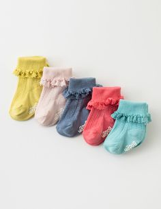 We've added a lace trim to make our socks even prettier. In sweet colours, they're equally easy to wear with dresses or bottoms. Cotton-rich material makes them cosy on tiny feet, and our boxed set includes five different pairs.