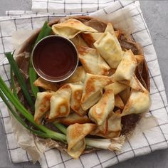 These Baked Cream Cheese Wontons are the perfect appetizer. Because they are only five ingredients, ready in less than 15 minutes and they are baked – not fried! They are so easy to whip together & so tasty that everyone will love them! Wonton Filling Recipes, Crab Meat Recipes, Veggie Recipes, Vegetarian Recipes, Cooking Recipes, Healthy Recipes, Keto Recipes, Cream Cheese Wontons, Recipes