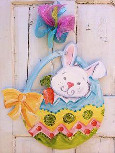 Easter door hanger Easter Art, Easter Crafts, Holiday Crafts, Easter Eggs, Easter Decor, Easter Bunny, Painting Burlap, Burlap Signs, Diy Cutting Board