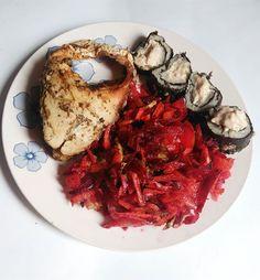 Boa noite !!!! Almoço de ontem teve sushi fit simm!!!!!! Gente super facil e incrível para os viciados como eu kk!  Prato: peixe grelhado, salada de cenoura ,repolho e beterrada e sushi fit Segue a receita ! AGARRA ESSA DICA! 🍣Sushi fit🍣 INGREDIENTES: -Batata doce -patê de atum -algas nori PREPARO: Abra a alga nori e espalhe a batata doce amassada toda a extensão com uma camada fina, coloque uma faixa de patê de atum, enrole e as peças do tamanho desejado. Só se deliciar agora!!!!  Yummery…