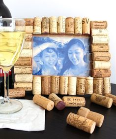 15 Easy and Creative DIY Photo Frames Projects You Should Try Wine Cork Frame, Bordeaux, Marco Diy, Recycled Wine Corks, Wine Cork Crafts, Crafts With Pictures, Ways To Recycle, Diy Home Crafts, Diy Frame