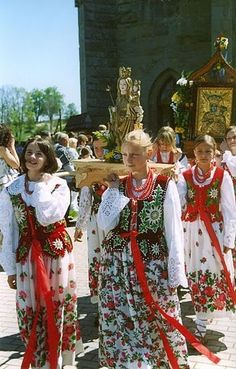Poland, Podhale - young girls in traditional outfits, in an Easter procession