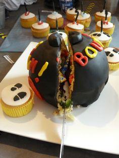 """Gâteau """"bombe"""" pinata, décor en pâte à sucre, anniversaire enfant."""