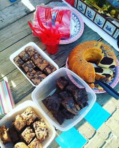 The best selling strategy for clothes,  free cakes and brownies