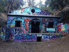 2月で閉鎖されるサンタモニカのカラフルな落書き廃墟があるトレイル ロサンゼルス  Los Angeles Murphy Ranch Trail  Architecture California Art