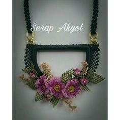 #kolye#iğneoyasıkolye#iğneoyasımodelleri#necklace#turkishneedlelace#takı#handmadenecklace Grapevine Wreath, Grape Vines, Quilling, Crochet Earrings, Wreaths, Frame, Jewelry, Amigurumi, Bedspreads