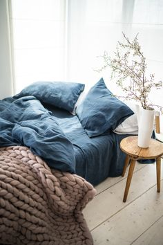 Chunky knit blanket combined with a linen bedding from Make you. Chunky knit blanket combined with a linen bedding from Make your bedroom the cozie Bed Sets, Blue Bedroom, Bedroom Decor, Master Bedroom, Navy Blue Bedding, Dark Bedding, Bedroom Ideas, Neutral Bedding, Trendy Bedroom