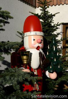 Piippua polttava puinen joulupukki Saksan Seiffenissä
