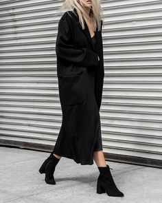 black black boots long black coat all black fashion smart casual everyday Total Black, Long Black, Outfits Otoño, Fashion Outfits, Chic Minimalista, Hippie Style, Mode Simple, Look Fashion, Fashion Design