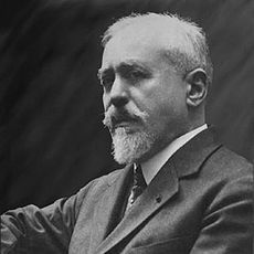 Paul Abraham Dukas, compositor francés de la escuela impresionista, nacido en París el 1 de octubre de 1865 y muerto en la misma ciudad el 17 de mayo de 1935.