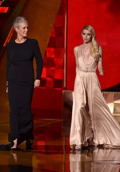 'Scream Queens' Emma Roberts Gets Her Train Fixed By Jamie Lee Curtis At Emmys —Watch