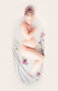 milk bath photo shoot / maternity photos / photography inspiration for maternity sessions
