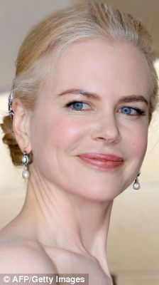 Nicole Kidman Accepts Growing Up Grey Fully As She Gets Back To Her Roots On The Red Carpet Gray Hair Growing Out Red Hair Going Grey Model Hair