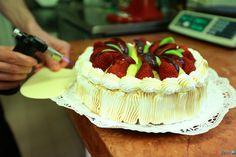 Csákvár – Nem csak az  édesszájúak számára nagy megpróbáltatás a cukrászok munkájába betekinteni. Végvári Csaba és Fűrész Tibor süteményei láttán pedig még