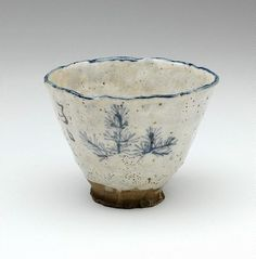 charming, hand-built tea bowl, with the design of a pine on the inside, and a poem on the outside brushed by the female artist Rengetsu: This being New Year's Day to the fields my heart is drawn – may there be young pines to be pulled Thrown Pottery, Pottery Mugs, Pottery Bowls, Ceramic Pottery, Slab Pottery, Ceramic Tableware, Ceramic Clay, Ceramic Bowls, Japanese Ceramics