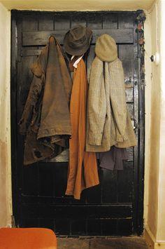 Jassen ophangen aan de deurhaken, dat was de kapstok voor werkkleren.