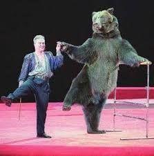 Man die danst met beer