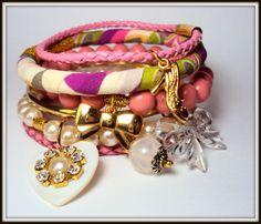 Conjunto com 6 pulseiras em couro tressé, pérolas, bolas de resina e organza. Detalhe dos pingentes em strass. Fofa! R$ 42,00