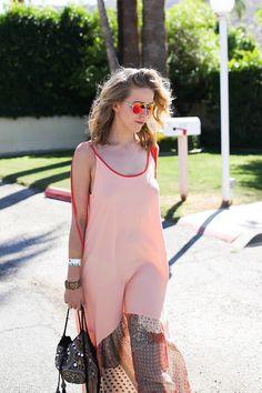 Jessica Mercedes na pool party w Palm Springs wybrała  długą zwiewną  sukienkę do której założyła  brązowo – złote  klapki (https://wojas.pl/produkt/23832/klapki-damskie-5756-53 )   marki Wojas!  Zapraszamy do salonów firmowych Wojas i sklepu online na www.wojas.pl!