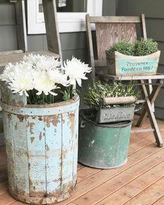 47 Rustic Farmhouse Porch Decorating Ideas to Show Off This Season Farmhouse Outdoor Decor, Farmhouse Front Porches, Rustic Farmhouse, Farmhouse Style, Country Porches, Farmhouse Garden, Country Homes, Farmhouse Furniture, Country Porch Decor