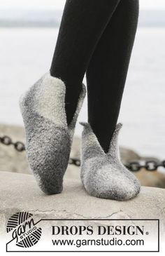Socks & Slippers - Free knitting patterns and crochet patterns by DROPS Design Crochet Dolls Free Patterns, Knitting Patterns Free, Free Knitting, Felted Slippers Pattern, Knitted Slippers, Drops Design, Magazine Drops, Crochet Baby Beanie, Point Mousse