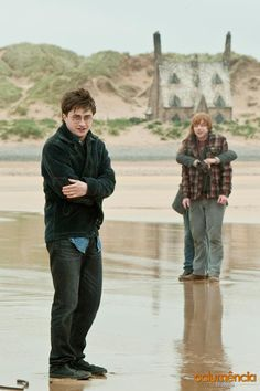 Daniel Radcliffe, Rupert Grint, & Emma Watson behind the scenes (Harry Potter & The Deathly Hallows, Part Harry Ron Hermione, Harry Potter Ron Weasley, Mundo Harry Potter, Harry James Potter, Harry Potter Pictures, Harry Potter Universal, Harry Potter Characters, Harry Potter World, Draco