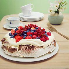 Pavlova med sjokolade Pavlova, Raspberry, Fruit, Breakfast, Cake, Desserts, Food, Morning Coffee, Tailgate Desserts