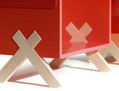 La forme en croix de l'encoche permet au meuble d'être soutenu en limitant la quantité de bois.