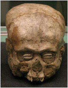 """Cabeza con ojos de """"granos de café"""", de Jericó. Neolítico."""
