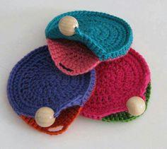 Crochê criativo - 30 Ideias de porta-moedas de crochê ⋆ De Frente Para O Mar - Stricken anleitungen,Stricken einfach,Stricken ideen,Stricken tiere,Stricken strickjacke Crochet Wallet, Crochet Coin Purse, Crochet Purse Patterns, Crochet Motifs, Crochet Purses, Crochet Diy, Bead Crochet, Crochet Gifts, Sac Granny Square