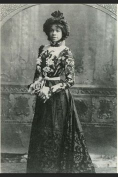 QUEEN AIDA Victorian-era dancer and musical comedy star Aida Overton Walker, Schomburg Center for Research in Black Culture, The New York Public Library Black History Album, The Way We. African American Fashion, African American History, Vintage Black Glamour, Vintage Beauty, Belle Epoque, Women In History, Black History, Divas, Le Far West