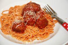Meatball spaghetti is vooral in Amerika een ontzettend populair gerecht en is niets anders dan spaghetti met gehaktballen in tomatensaus. Verrukkelijk!