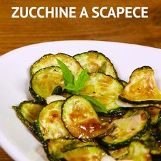 Le ZUCCHINE A SCAPECE sono un antipasto tipico della cucina napoletana: le zucchine tagliate a rondelle vengono fritte e poi condite con olio, aceto, menta e aglio! Healthy Chicken Recipes, Lunch Recipes, Vegetable Recipes, Gourmet Recipes, Vegetarian Recipes, Dinner Recipes, Cooking Recipes, Healthy Snacks, Famous Italian Food