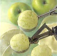 Helado de Manzana Dietetico Ingredientes: 3 manzanas peladas  1/2 taza de edulcorante en polvo apto para cocción 240 gr. de queso untable descremado Canela para espolvorear Preparación:  Cortar las manzanas en cuartos y cocinarlas en un poco de agua. Retirar y licuarlas junto con el edulcorante y el queso. Disponer el licuado de manzana en un recipiente chato y llevar a congelar.  Bajar a la heladera 1 hora antes de servir. Servir en copas, dándole forma de bochas, y espolvorear con canela.
