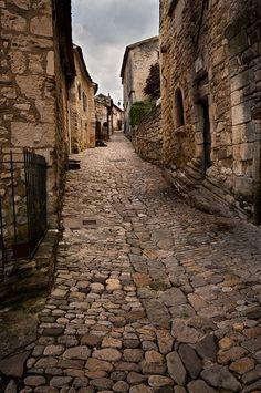Ruelle dans le village de Lacoste, Luberon, Vaucluse