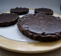 Tarte crue au chocolat Vegan, Cookies, Desserts, Food, Almond, Crack Crackers, Tailgate Desserts, Deserts, Biscuits