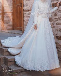 then tambah lace polah kdk dlm gmbr kedirik. Muslimah Wedding Dress, Modest Wedding Gowns, Muslim Brides, Pakistani Wedding Dresses, Dream Wedding Dresses, Bridal Dresses, Bridesmaid Dresses, Muslim Couples, Bridal Hijab