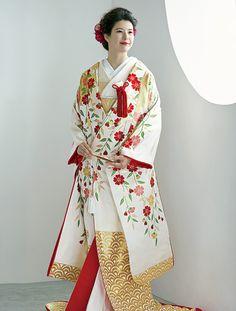 打掛スタイル百花繚乱 | ウエディング | 25ans(ヴァンサンカン)オンライン Wedding Kimono, Wedding Dresses, Traditional Wedding Attire, Japanese Wedding, Japan Woman, Traditional Kimono, Yukata, Japanese Kimono, Ethnic Fashion