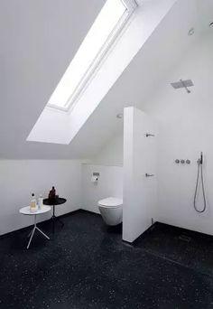 Minimalistische badkamer onder schuin dak