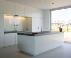 Idées Décoration Cuisine : Een glazen wand is de ideale achtergrond om spatten. Kitchen Living, New Kitchen, Kitchen Decor, Kitchen Island, Awesome Kitchen, Kitchen Centerpiece, Kitchen Walls, Kitchen White, Kitchen Layout