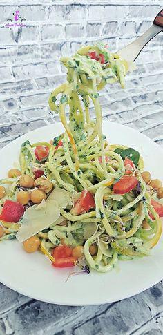 Este un preparat delicios si rapid de facut,nu necesita foc,un preparat la rece numai bun pentru zilele toride.Luam o bucata de zucchini pe care il taiem in fasii sau daca aveti spiralizator e si mai bine deoarece vom obtine spaghete de zucchini,adaugam o rosie taiata bucatele mici si naut. Zucchini Noodles, Mai, Ethnic Recipes, Food, Zuchinni Noodles, Eten, Zucchini Pasta, Meals, Diet