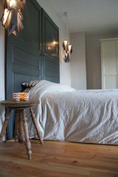 Des portes en guise de tête de lit Deux belles portes anciennes agrémentées d'une couche de peinture et vous obtenez cette magnifique tête de lit. Ici, le bois est patiné pour souligner le côté rétro. Cette création est l'œuvre de la décoratrice et blogueuse Cathy Maquet.  ©  Cathy Macquet /L'Esprit déco