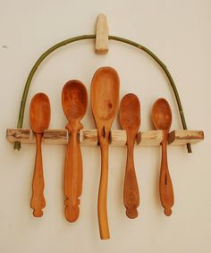 Simon Hill Green Wood Carving: Birch and Willow spoon rack Spoon Art, Wood Spoon, Whittling Wood, Wooden Projects, Art Projects, Green Woodworking, Woodworking Inspiration, Rack Design, Wood Display
