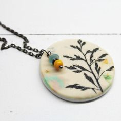 Esprit botanique - collier pendentif rond herbe sauvage - pâte polymère, verre de bohême, verre indien, gun métal