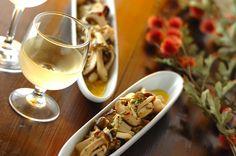 キノコが美味しい季節。いろんなキノコで楽しんでくださいね! 白ワインによく合います♪常備菜にぴったり!キノコのマリネ/橋本 敦子のレシピ。[洋食/前菜]2015.10.26公開のレシピです。