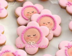 Which cookies are on your mind when thinking of spring? My favorite are baby flower cookies like these! When I first saw cookies like these I was excited! The original idea belongs to Callye aka Sw. Fancy Cookies, Iced Cookies, Cute Cookies, Cupcake Cookies, Sugar Cookies, Cookie Favors, Heart Cookies, Valentine Cookies, Easter Cookies