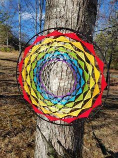 Este atrapasueños único cuenta con todos los colores del arco iris en un patrón de Chakra, bellamente decorado con granos negros y pluma de pavo real cae. Esto hace sorprendente uno de un regalo bueno para casi cualquier persona. Por favor en contacto conmigo para plazo de entrega.